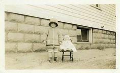"""Foto de época """"Parte de la familia"""" niña juguete muñeca instantánea foto viejo…"""