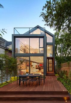 Une maison contemporaine et design accompagnée de sa terrasse bois naturelle et chaleureuse #homesweethome