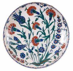 Plat blanc en céramique, à décor d'oeillets et de tulipes, Iznik, 1570-1575.