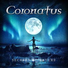 Bewertung: 8/10 Das Markenzeichen von Coronatus ist die weibliche Gesangs-Doppelspitze. Eine Zeitlang standen sogar drei Sängerinnen auf der Bühne. Allerdings wechselte die Besetzung der Band wesen…