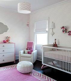 Um item de muita importância no quarto do seu bebê é a iluminação. Tanto natural como artificial. É importante sempre lembrar que esta pessoinha faz pouco tempo estava em um local bem escurinho e não conhecia a luz, certo? Seguem x dicas para não errar...