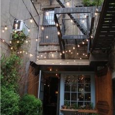 The globe lights just keep making me feel like we're sitting outside an Airstream on vacation in Or at a cool urban outdoor restaurant. So check out all these outdoor globe string lights ideas and be inspired! Patio Interior, Interior Exterior, Exterior Design, Kitchen Interior, Interior Modern, Interior Ideas, String Lights Outdoor, Outdoor Lighting, Party Lighting