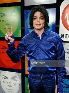 MJ's Peace sign for Invincible Fan signing