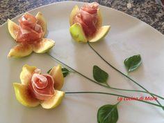 Antipasto di rose di fichi con prosciutto crudo, bello e molto buono da gustare, si realizza in pochi minuti in quanto tutti gli elementi sono a crudo.