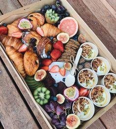 Breakfast Picnic, Breakfast Platter, Breakfast Fruit, Snack Platter, Healthy Picnic, Healthy Snacks, Cafe Food, Food Menu, Food Porn