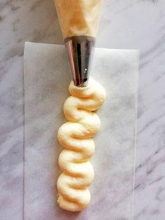 Vanilla Buttercream Frosting - Eats Delightful Vanilla Icing Recipe, Vanilla Recipes, Vanilla Buttercream Frosting, Cream Pie Recipes, Cupcake Frosting, Vanilla Cupcakes, Frosting Recipes, Cupcake Recipes, Dessert Recipes