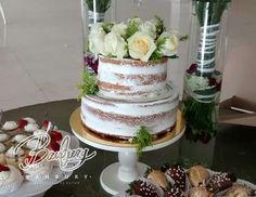 Naked cake de vainilla y arequipe decorado con flores naturales