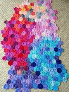 kaleidescope crochet blanket - love this colour work! too bad I don't crochet Crochet Hexagon Blanket, Crochet Granny, Crochet Motif, Crochet Stitches, Knit Crochet, Crochet Patterns, Crochet Afghans, Crochet Baby, Crochet Decoration