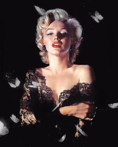 Curator David Wills owns one of the largest independent archives of Marilyn Monroe photographs. In his book Marilyn Monroe: Metamorphosis , . Marilyn Monroe Outfits, Marilyn Monroe Stil, Marilyn Monroe Artwork, Marilyn Monroe Fotos, Marilyn Monroe Portrait, Foto Glamour, 50s Glamour, Old Hollywood Glamour, Vintage Hollywood