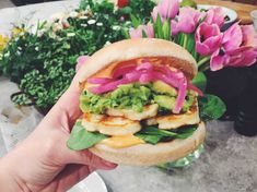 Mexican halloumi burger with pickled red onions, avokado and cilantro (in swedish) Vegetarian Dinners, Vegan Vegetarian, Vegetarian Recipes, Cooking Recipes, Beginner Vegetarian, Halloumi Burger, Healthy Recepies, Greens Recipe, Recipes From Heaven
