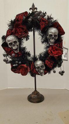 Halloween Door Wreaths, Halloween Flowers, Halloween Door Decorations, Halloween Home Decor, Halloween House, Halloween Skeletons, Halloween Skull, Quick Halloween Crafts, Halloween Floral Arrangements