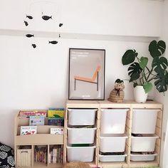 IKEAのおもちゃ収納といえば、「TROFAST(トロファスト)」という引き出し式の収納です。 トロファストの引き出し部分はカラーバリエーションが豊富ですが、リビングに置くならシンプルなカラーがおすすめです。