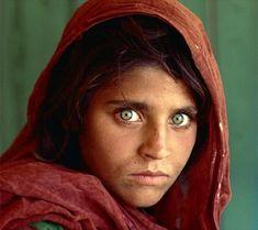 A menina Afegã, Sharbat Gula foi fotografada quando tinha 12 anos pelo fotógrafo Steve McCurry, em junho de 1984. Foi no acampamento de refugiados Nasir Bagh do Paquistão durante a guerra contra a invasão soviética. Sua foto foi publicada na capa da National Geographic em junho de 1985 e, devido a seu expressivo rosto de olhos verdes, a capa converteu-se numa das mais famosas da revista e do mundo.