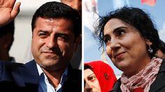 Muitos países ocidentais têm vindo a criticar o abuso de poder na Turquia desde que o estado de emergência fou declarado, após o golpe falhado de Julho. Foram já presos, na Turquia, cerca de 110.000 oficiais e funcionários.