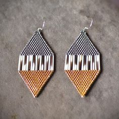 The quality, care, and precision in these earrings is amazing. Caroline Blechert spotlights the unique beauty inherent in porcupine quills by bordering them with perfect delica beads in metallic colors. Awesome! Click link in bio to shop or head to >> shop.beyondbuckskin.com