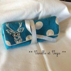 Collection de sacs en tissus japonais aux motifs cerf à lunettes cousu main. Existent en rose, en bleu et en jaune moutarde. Par le créateur Etsuko Furuya