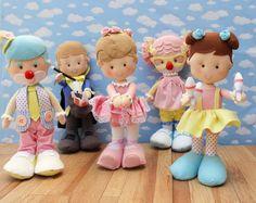 Kit com 5 personagens do Circo em feltro: palhacinho, palhacinha, bailarina, mágico e trapezista. Confeccionados em feltro e tecido, ideal para decoração de festas infantis.