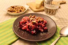 Vegetarische risotto. Mijn lievelingsvorm van rijst: risotto! Een lekkere romige structuur door het zetmeel dat vrijkomt bij het vele roeren, de zoete smaak van bietjes, de gouden combinatie met walnoten en wat oude kaas... Heerlijk! Risotto, Couscous, Italian Recipes, Vegetarian Recipes, Salads, Clean Eating, Paleo, Rice, Favorite Recipes