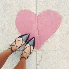 Zu enge Schuhe könnt ihr mit dem Wollsocken-Föhn-Trick weiten