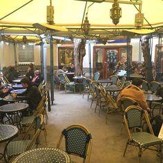 O La Mosquée é a casa de chás e restaurante aberto ao público dentro da primeira e maior mesquita construída em Paris. Quando o clima estiver bom sentar em uma das mesas no jardim é uma delícia. Se estiver frio você pode tomar um chá com as pâtisseries orientais no jardim de inverno. Na sala interna no hora do almoço o restaurante oferece os pratos tradicionais como tajine e couscous. O local fica na Rue Geoffroy Saint-Hilaire e vale a visita! @aluguetemporadabrasil #meualuguetemporada…