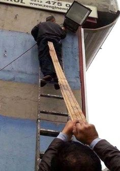 Now that's going to be a serous splinter up his arse, if he falls as his mate drops those 'fingers' of WOOD ( his mates got wood ! ) I hope he realised his 'work mate' is gay ? Stupid People, Funny People, Safety Fail, Darwin Awards, Crazy Stupid, Men Are Men, Safety First, One Job, Healthy Lifestyle Tips