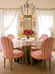 Cottage dining room in shabby pink