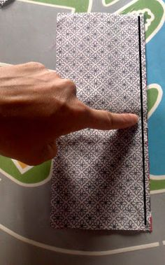 PANDIELLEANDO: Tutorial: Funda de tela para libreta Plastic Cutting Board, It Works, Patches, Sewing, Projects, Books, Diy, Book Covers, Tutorials