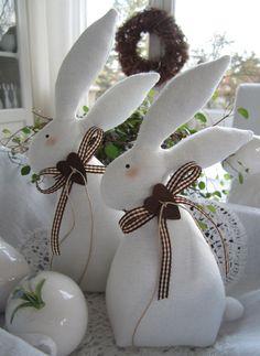*Süsses Osterhasenpaar im angesagten Landhausstil!*  Geschmückt mit karierten Schleifen und rostigen Herzen warten sie bereits auf das Osterfest.  Die Augen und die Wangen sind aufgemalt.  Sie...
