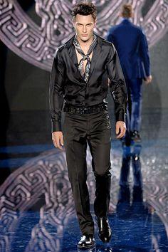 Versace Fall 2006 Menswear Fashion Show High Fashion, Fashion Show, Mens Fashion, Fashion Design, Donatella Versace, Gianni Versace, New York Socialites, House Of Versace, Hunting Vest