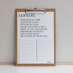 Het hele jaar door Woordkunsten! Met deze verjaardagskalender heb je tevens 12 van de mooiste gedichten in huis. De kalender bestaat uit 6 stevige A4 posters, dubbelzijdig bedrukt. Doe de juiste maand voorop en zet ze vast op het klembord dat je erbij krijgt.Het klembord is ook op te hangen aan een uitschuifbaar oogje!Tevens zijn de bladen los te verkrijgen… altijd handig als je ruzie met een vervelende achternicht krijgt