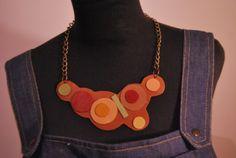 Collar corto con base en cuero color suela y redondeles en cueros de colores