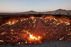 La porta dell'inferno è un cratere situato nel deserto del Karakum, in Turkmenistan, a circa 260 km a nord da Ashgabat