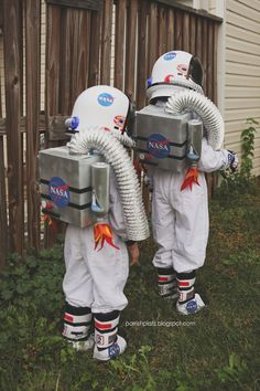 I did not make the girls costumes this year! Only the jet packs (that double as … I did not make the girls costumes this year! Only the jet packs (that double as a trick-or-treat bag! I love making costumes but on… Diy Astronaut Costume, Dinosaur Halloween Costume, Baby Halloween Costumes For Boys, Halloween 2015, Baby Costumes, Halloween Kids, Halloween Party, Alien Halloween, Baby Kostüm