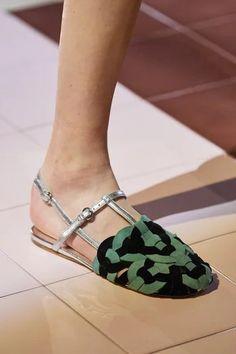 News Fashion, Look Fashion, Fashion Shoes, Fashion Accessories, Prada Spring, Milan Fashion Weeks, Paris Fashion, Prada Shoes, Chanel Shoes