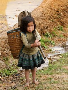 Sapa, Vietnam In survival economies, children have to work or the family will starve. We need to end income inequality. Children should be in school.snuggling with their parents. And parents should be able to enjoy their children. Precious Children, Beautiful Children, Beautiful People, Beautiful Babies, Kids Around The World, People Around The World, Kind Photo, Baby Kind, World Cultures