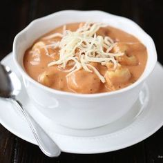 This creamy tomato tortellini soup delicious! It only takes 10 minutes to make! (For extra richness and flavor, add a few tablespoons of prepared pesto sauce in the last 15 minutes of cooking) Soup Recipes, Vegetarian Recipes, Cooking Recipes, Easy Recipes, Budget Recipes, Biryani, Korma, Tomato Tortellini Soup, Tomato Soups