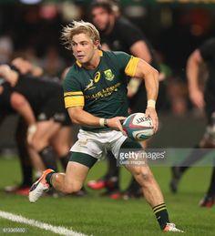 DURBAN, SOUTH AFRICA - OCTOBER 08: Faf de Klerk of South Africa... #dottingende: DURBAN, SOUTH AFRICA - OCTOBER 08: Faf de… #dottingende Rugby League, Rugby Players, Rugby Championship, Kings Park, South Africa, Athlete, October, Football, Running