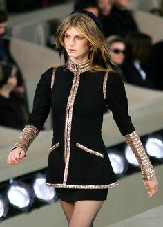lelaid: Angela Lindvall at Chanel, Fall/Winter 2006 Runway Fashion, Fashion Beauty, Womens Fashion, Fashion Trends, Fashion Models, Global Brands, Famous Brands, Fashion Photography, Fall Winter