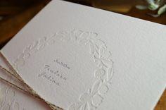 エンボスでオシャレにセンスよく。オーセンティックでシンプルな結婚式の招待状一覧♡