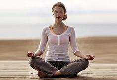 Morgenen er det optimale tidspunkt for yoga. Sæt et kvarter af og start dagen med 5 øvelser, der giver energi, balance og holder dig stress-fri hele dagen.