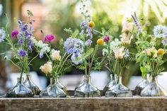 Nem tudo que é bonito custa caro, basta um pouco de criatividade e bom gosto para fazer uma produçãozinha super simples, mas que cause impacto. Todo mundo tem uma garrafa vazia, latas e até vidros de velas que acabaram e algumas flores, mesmo que do seu jardim e, com inspiração você pode encher seus cantinhos...