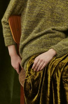 Among my favourite things about Autumn colours is how many textiles they come in. Autumn-coloured people look amazing when they wear several together. True (sweater) or Dark (skirt) Autumn.
