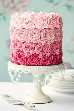 Hoe lief is deze roze bruidstaart met roosjes?