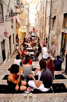 Das Bairro Alto ist das Kneipenviertel der Stadt. In den engen Gassen reihen sich Bars und Restaurants aneinander. Traditionelle Tascas (Kneipen), in denen Fado für Touristen und Einheimische gespielt wird, schicke neue Clubs und Bars, alte und neue Kneipen. Die Lissaboner gehen gerne und viel aus und starten einen Partyabend gerne im Bairro Alto. Besonders in der Rua do Norte und der Rua da Rosa befinden sich viele kleine Geschäfte für Mode, Accessoires, CDs, etc.