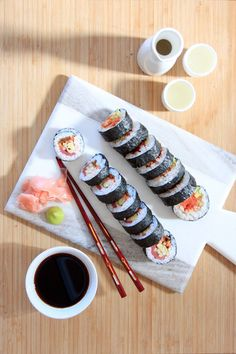 Date night in idea: sushi kit and homemade sushi. Yummy spicy tuna roll recipe and a tutorial for perfect sushi rice. Sushi Kit, Sushi Party, Oshi Sushi, Spicy Tuna Roll, Homemade Sushi, Sushi Recipes, Food Goals, Japanese Food, Japanese Omelet