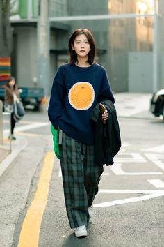 October 2019 Seoul Women's Street Style – écheveau Korean Outfit Street Styles, Korean Outfits, Korean Fashion Street Style, Korean Airport Fashion Women, Korean Fashion Summer Street Styles, Korean Ootd, Seoul Fashion, Tokyo Fashion, Japan Street Fashion