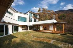 [BY 월간 전원속의 내집] 조용한 산 속 계곡 옆에 자리한 집. 한옥과 양옥이 혼합된 독특한 구조가 풍경...