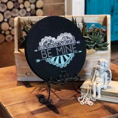 Happy Valentines Day! ❤️❤️❤️❤️❤️❤️❤️❤️❤️❤️❤️❤️ This adorable sign was created with Chalk Couture on a repurposed round of wood painted with black matte. Ombré design! Yep, you can be artistic just like paint. 😍 You gotta try this stuff. See link in bio. #chalkcouture #ombre #dododsondesigns #bemyvalentine #valentines