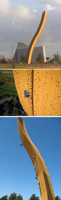 Localizada no centro de escalada Bjoeks Klimcentrum, a excalibur é a parede de escalada mais alta do mundo com 37 metros de altura. Fotos de Eric Kieboom. ...