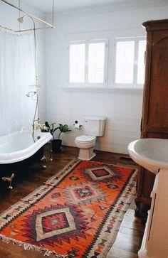 Taurus astrology home decor guide | Bohemian bathroom with Persian rug | Girlfriend is Better #homedecor #livingroom